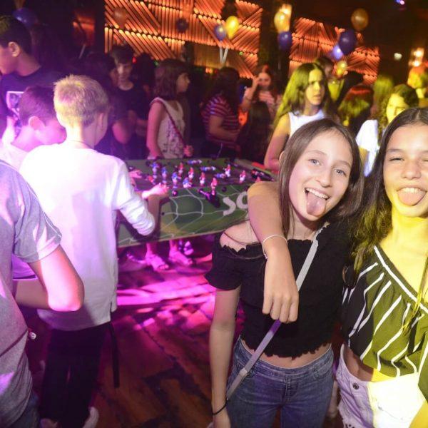 תמונה של 2 ילדות מצתלמות במועדון לבת מצווה