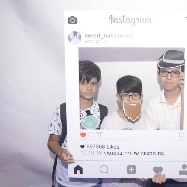 תמונה של 3 ילדים בצילום אינסטגרם במועדון בת מצווה