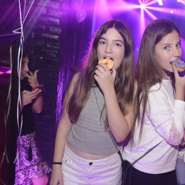 תמונה של 2 בנות אוכלות דונאלס במועדון לבת מצווה