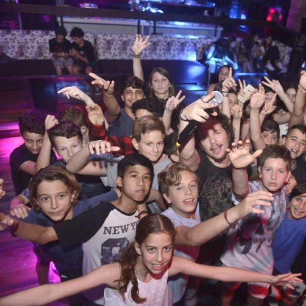 תמונה של ילדים חוגגים במועדון לבת מצווה