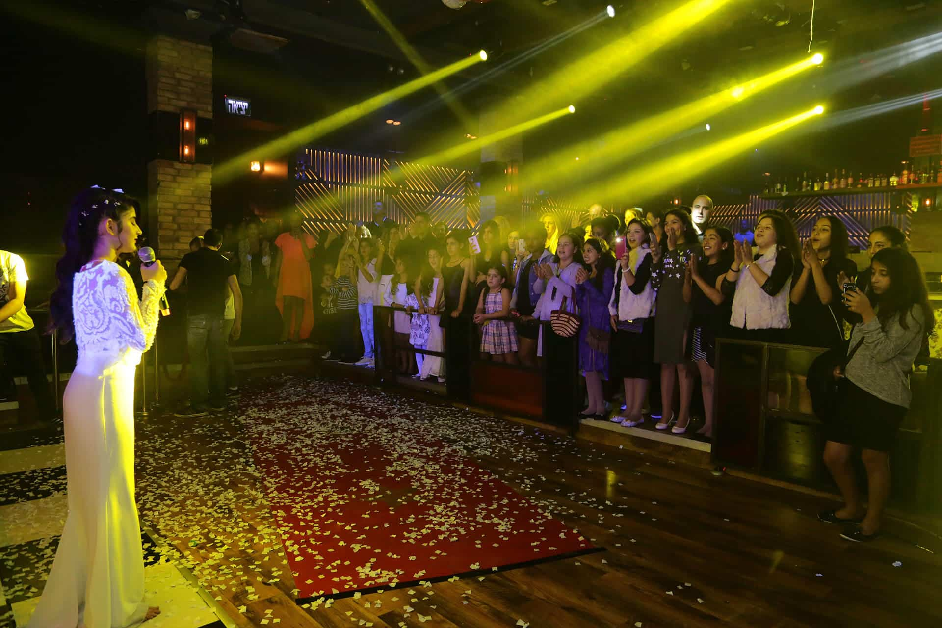 תמונה של ילדה שרה במועדון לבת מצווה קויה אמסטרדם