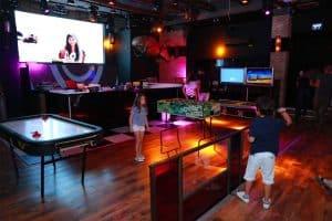 תמונה של 2 ילדים משחקים במועדון לבת מצווה