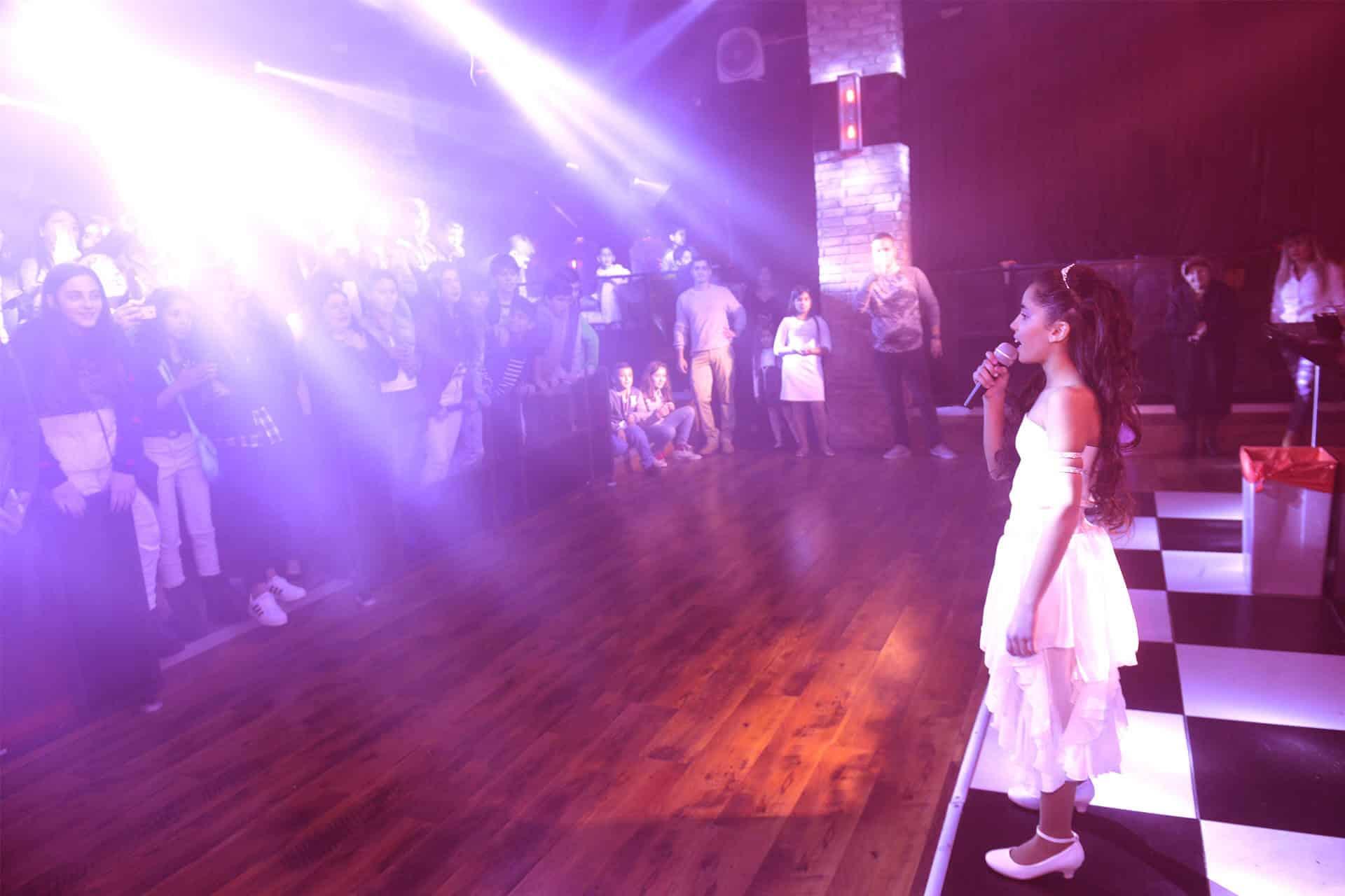 תמונה של ילדה שרה במועדון לבת מצווה