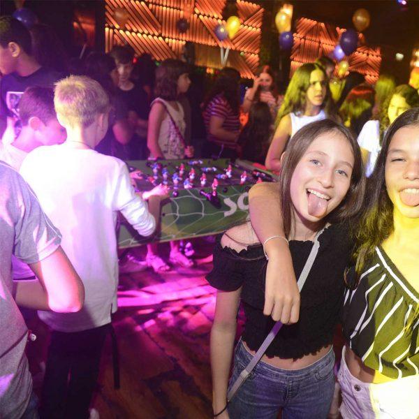 תמונה של ילדות שמחות במועדון לבת מצווה