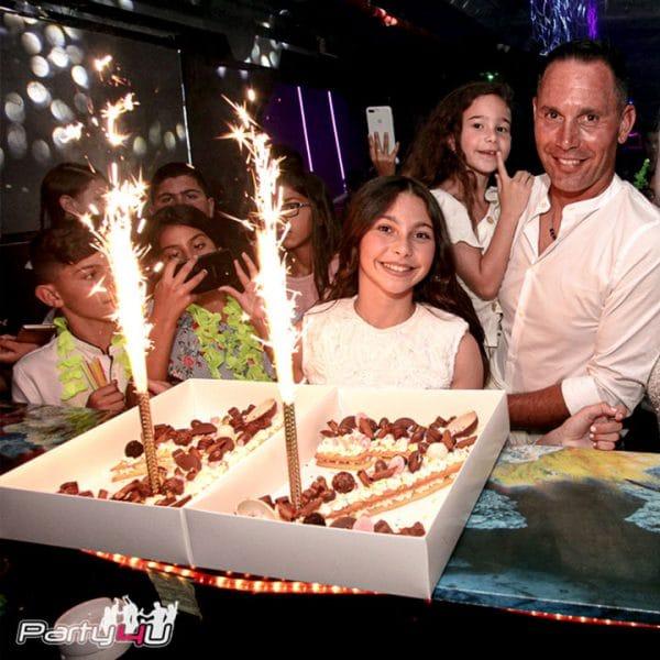 משפחה חוגגת עם עוגה באחד מהמועדונים לבת מצווה