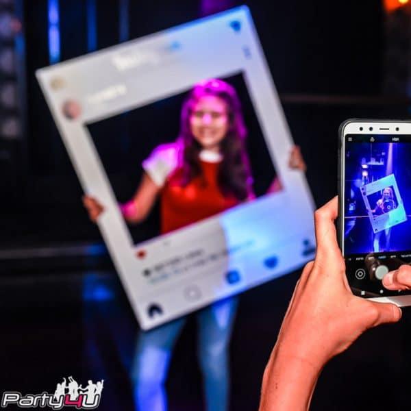 מסגרת צילום אינסטגרם בחגיגה במועדון לבת מצווה